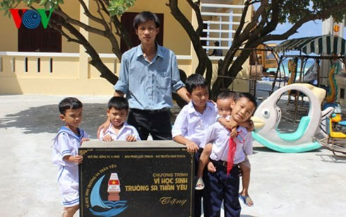 Warm feelings between teachers & students in Truong Sa archipelago  - ảnh 1