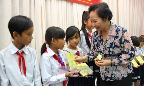 Vice President presents scholarships to underprivileged children - ảnh 1