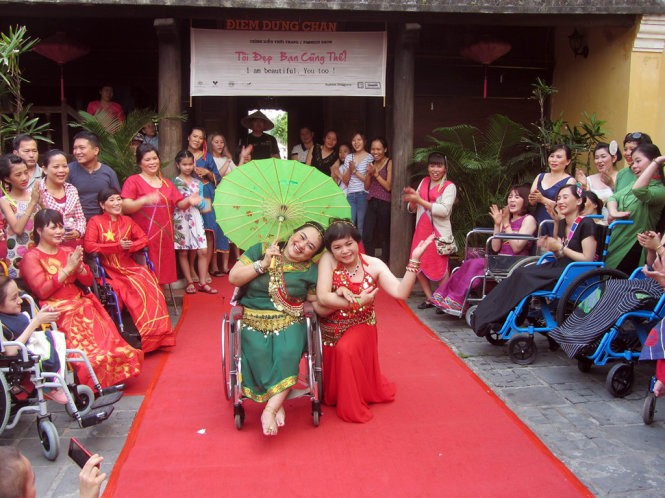 Fashion show discovers the beauty of the disabled   - ảnh 1