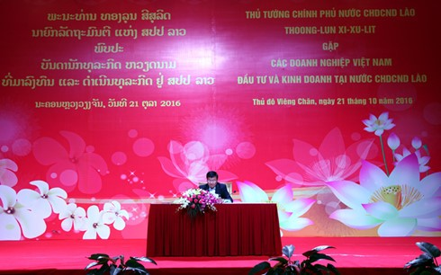 Lao PM holds first dialogue with Vietnamese businesses - ảnh 1