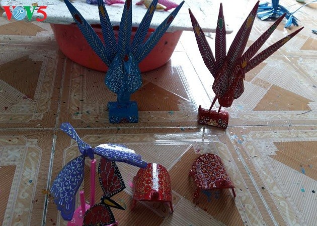 Thach Xa village makes bamboo dragonflies  - ảnh 1