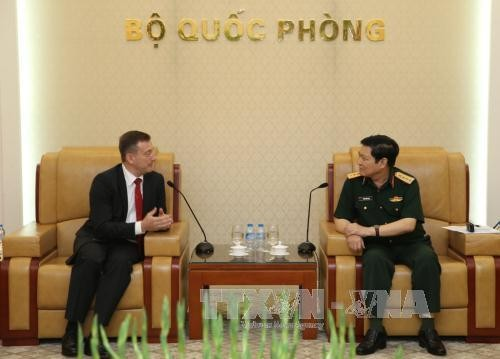 Defense Minister Ngo Xuan Lich receives French ambassador - ảnh 1