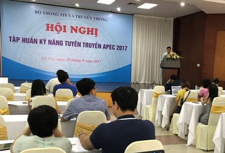 Training course opens for journalists reporting APEC 2017 - ảnh 1