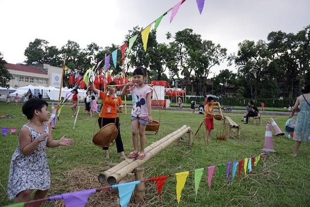2017 Mid-Autumn Festival entertains children with folk games - ảnh 1