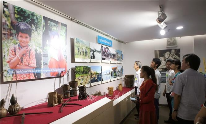Photo exhibition highlights community development projects in Vietnam's central region - ảnh 1