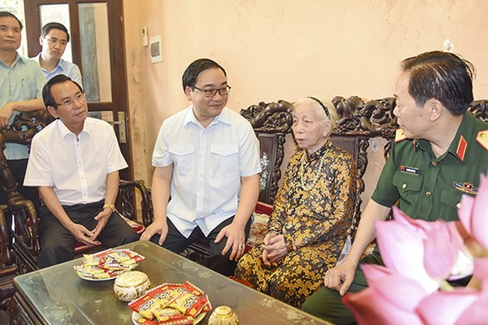 Vietnam commemorates service of national contributors - ảnh 1