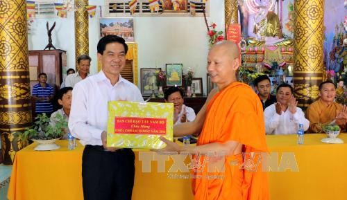 越南西南部指导委员会向后江省高棉族同胞祝贺传统新年 - ảnh 1