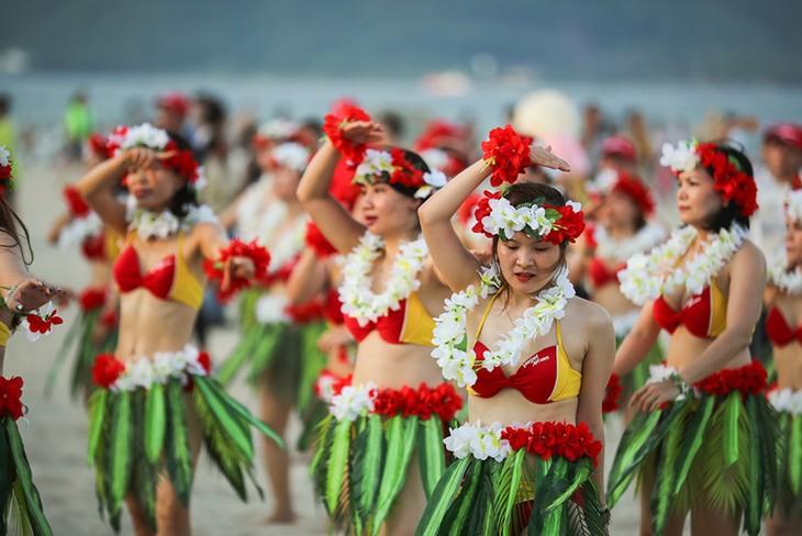 """Màn trình diễn Flashmob bikini """"đốt cháy"""" bãi biển Đà Nẵng - ảnh 5"""