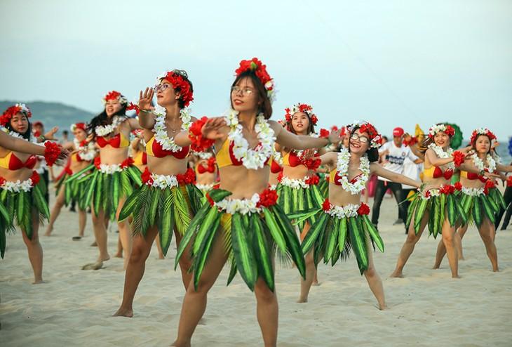 """Màn trình diễn Flashmob bikini """"đốt cháy"""" bãi biển Đà Nẵng - ảnh 3"""