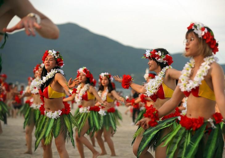 """Màn trình diễn Flashmob bikini """"đốt cháy"""" bãi biển Đà Nẵng - ảnh 4"""
