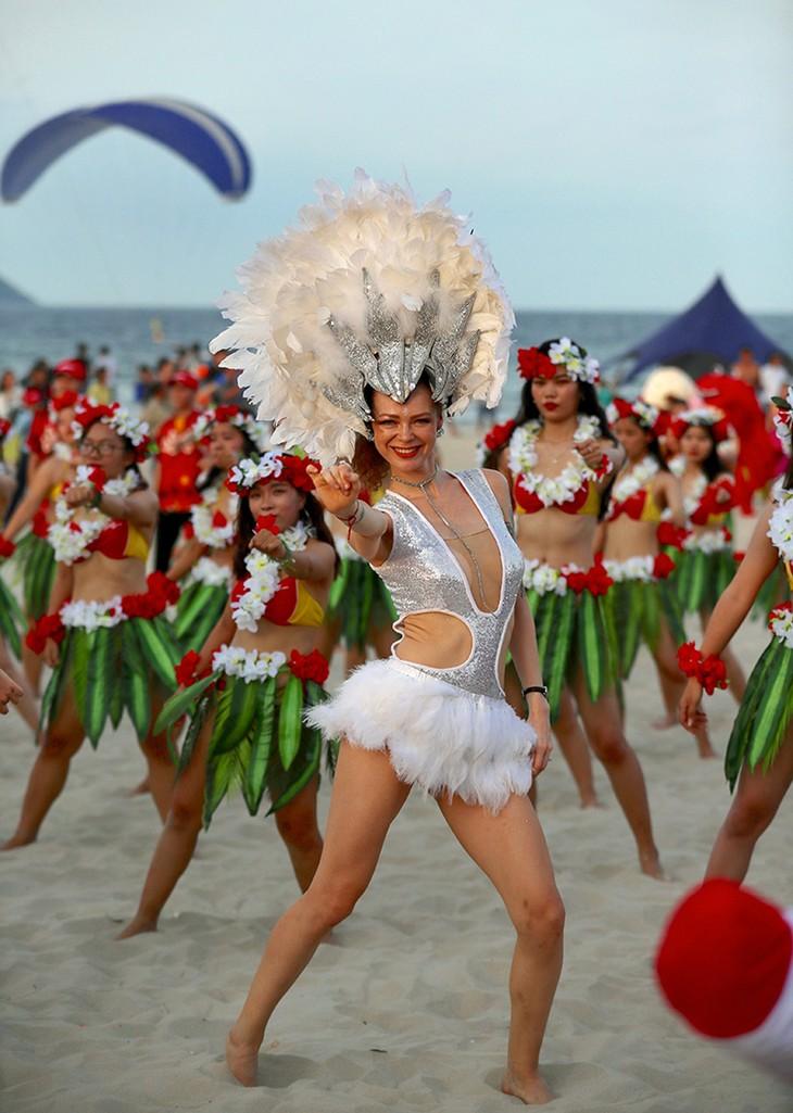 """Màn trình diễn Flashmob bikini """"đốt cháy"""" bãi biển Đà Nẵng - ảnh 7"""