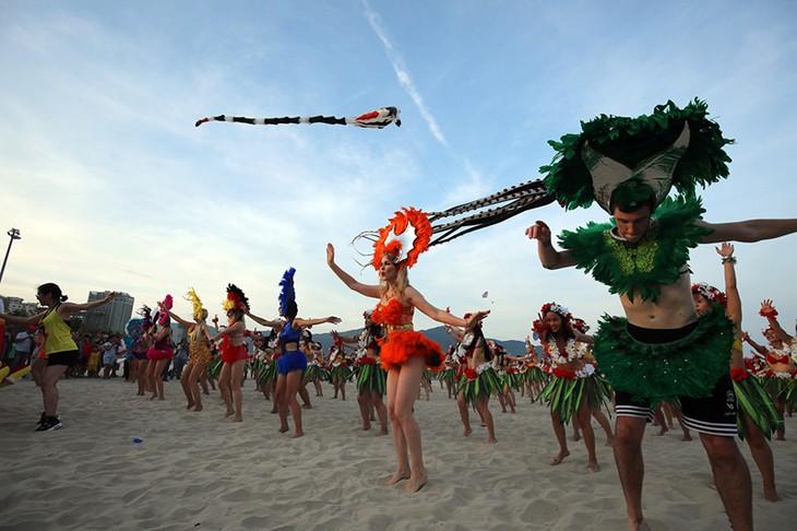 """Màn trình diễn Flashmob bikini """"đốt cháy"""" bãi biển Đà Nẵng - ảnh 8"""