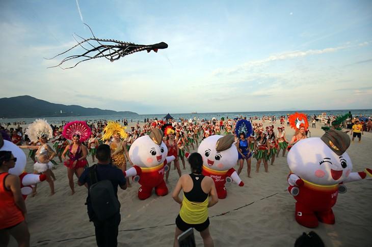 """Màn trình diễn Flashmob bikini """"đốt cháy"""" bãi biển Đà Nẵng - ảnh 10"""