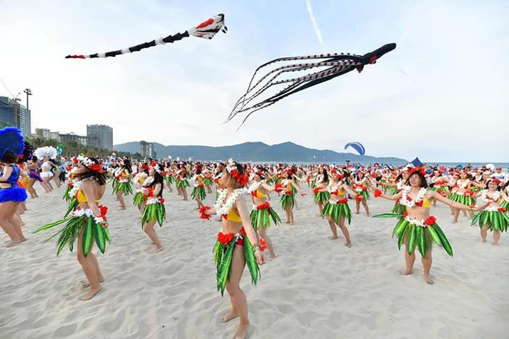 """Màn trình diễn Flashmob bikini """"đốt cháy"""" bãi biển Đà Nẵng - ảnh 19"""