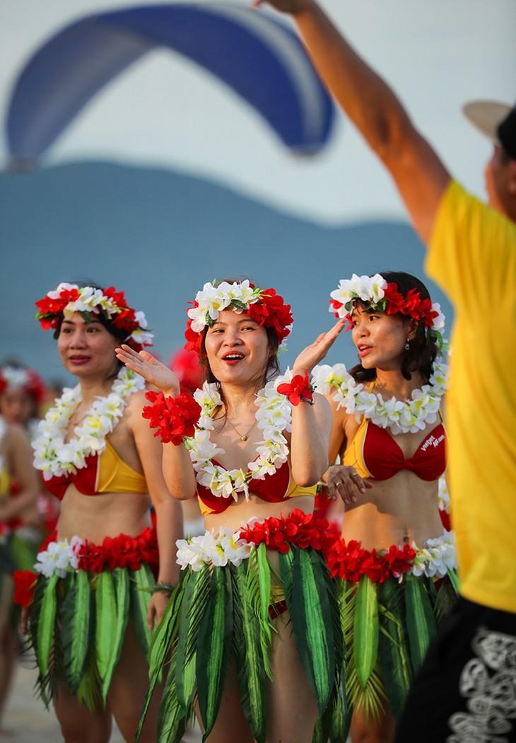 """Màn trình diễn Flashmob bikini """"đốt cháy"""" bãi biển Đà Nẵng - ảnh 15"""