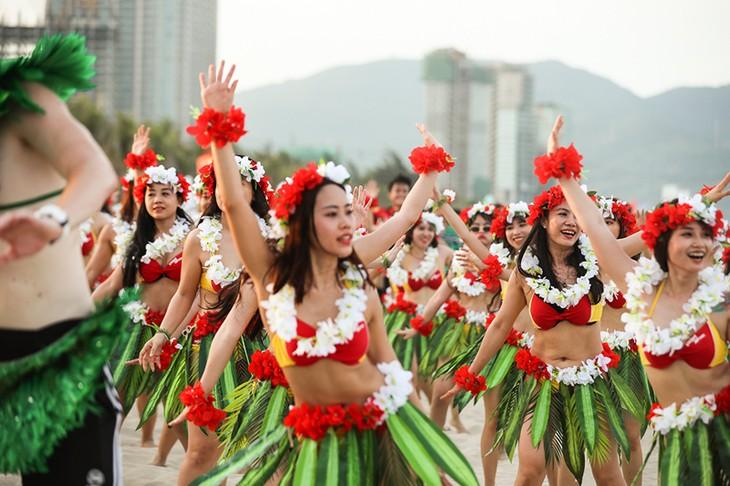 """Màn trình diễn Flashmob bikini """"đốt cháy"""" bãi biển Đà Nẵng - ảnh 11"""
