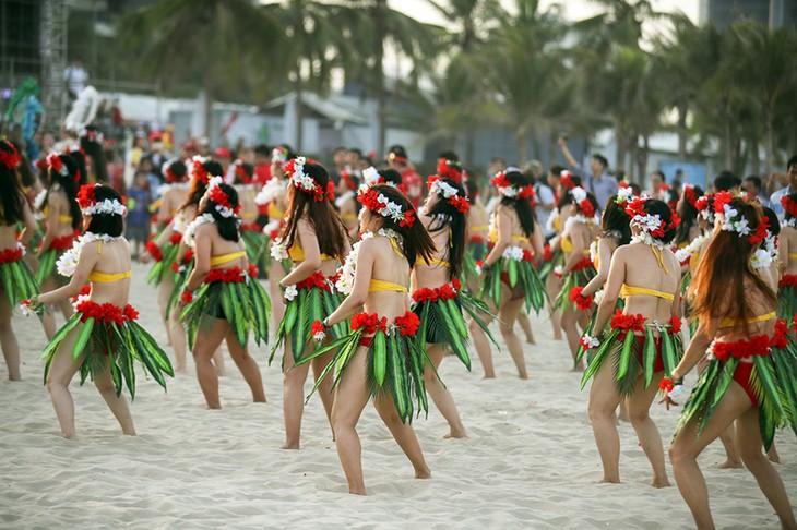 """Màn trình diễn Flashmob bikini """"đốt cháy"""" bãi biển Đà Nẵng - ảnh 14"""