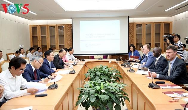 Vuong Dinh Hue travaille avec le directeur national de la Banque mondiale au Vietnam - ảnh 1