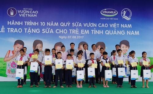 Distribution de lait aux enfants de Quang Nam - ảnh 1