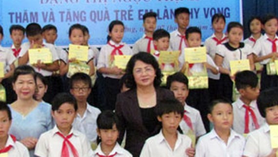 Dang Thi Ngoc Thinh rencontre des familles méritantes et des enfants démunis de Da Nang - ảnh 1