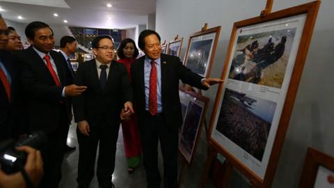 Exposition de photos et de films documentaires sur la communauté de l'ASEAN - ảnh 1