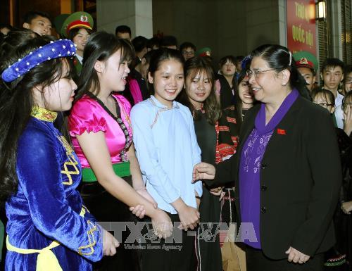 Tong Thi Phong rencontre des élèves exemplaires issus des ethnies - ảnh 1