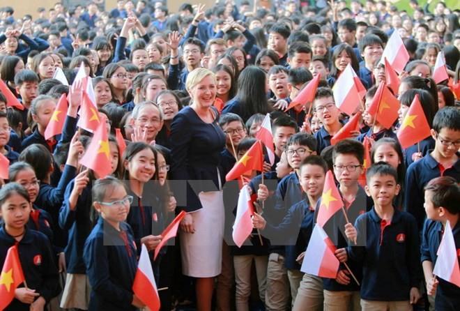L'épouse du président polonais à l'école Marie Curie à Hanoi - ảnh 1