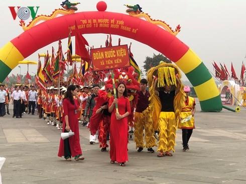 Les touristes s'affluent vers le temple des rois Hùng fondateurs du pays - ảnh 1