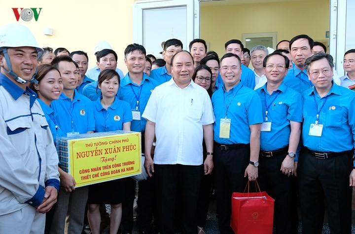 Le Premier ministre dialogue avec les ouvriers des zones industrielles du delta du fleuve Rouge - ảnh 2