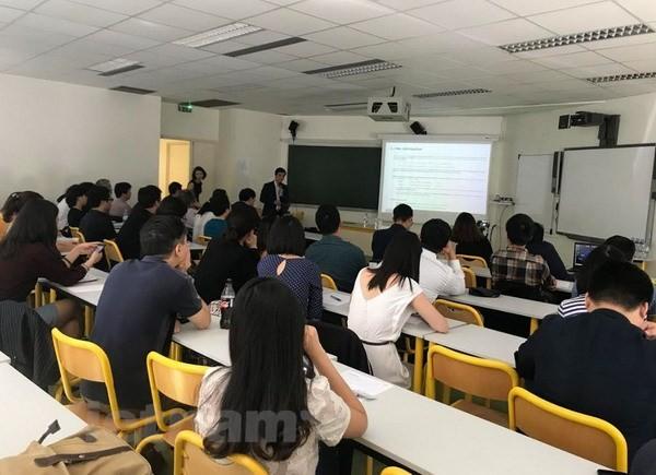 Colloque des Vietnamiens travaillant dans le secteur financier en France  - ảnh 1
