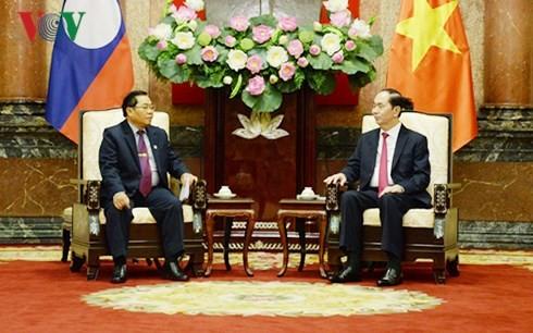 Le vice-président de l'Assemblée nationale laotienne reçu par Trân Dai Quang et Nguyên Xuân Phuc  - ảnh 1
