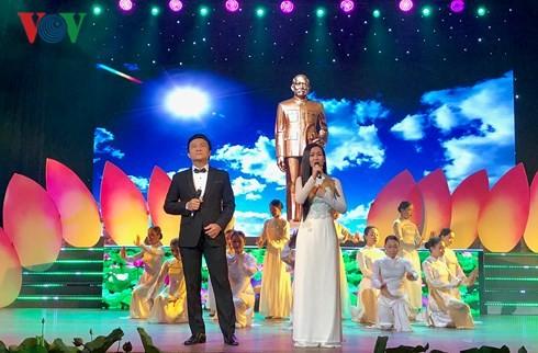 Concert en l'honneur du 130e anniversaire du président Tôn Duc Thang - ảnh 1