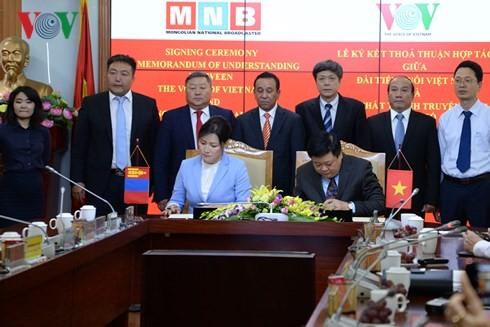 Signature d'une convention de coopération entre VOV et MNB - ảnh 1