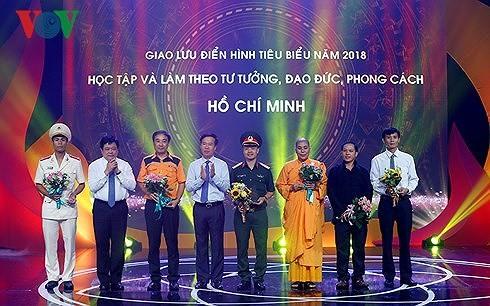 Rencontre d'individus illustres du mouvement Etudier et suivre l'exemple moral du président Hô Chi Minh - ảnh 1