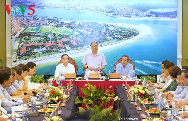 Le Premier ministre Nguyên Xuân Phuc travaille avec les dirigeants de Quang Binh - ảnh 1