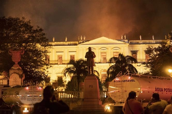 Un incendie ravage le Musée National de Rio de Janeiro, joyau culturel du Brésil - ảnh 1