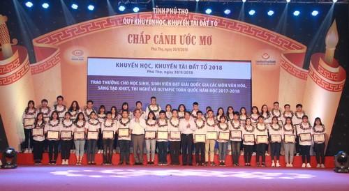 Phu Tho honore des professeurs et étudiants exemplaires - ảnh 1