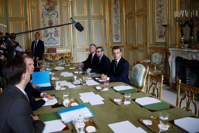 « Gilets jaunes » : Matignon a annoncé un moratoire sur la hausse de la taxe sur les carburants - ảnh 1