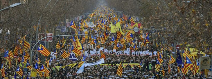Espagne : au moins 200.000 manifestants à Barcelone contre le procès des indépendantistes - ảnh 1