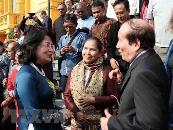 Des écrivains et poètes étrangers reçus par la vice-présidente vietnamienne - ảnh 1
