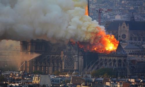 """La structure de Notre-Dame de Paris """"est sauvée et préservée dans sa globalité"""" - ảnh 1"""