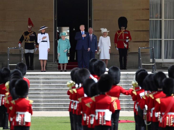 Donald Trump reçu par la reine Elizabeth II - ảnh 1