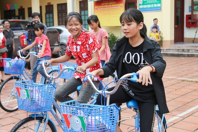 VOV offre des vélos et des bourses aux élèves démunis de Quang Ninh - ảnh 1