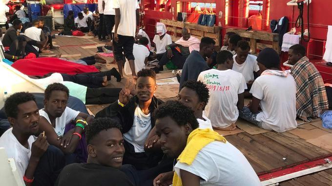 Méditerranée: 356 migrants à bord de l'Ocean Viking après un nouveau sauvetage - ảnh 1