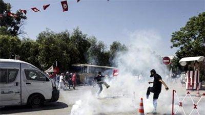 チュニジアで暫定政権の退陣求めるデモ - ảnh 1