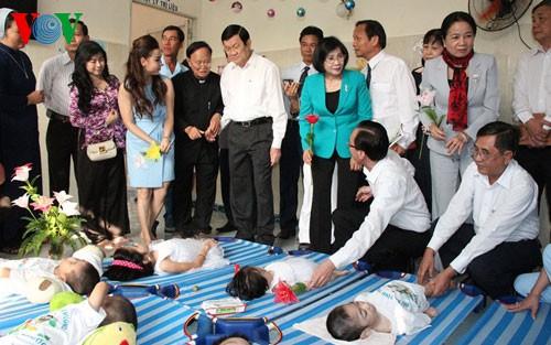 サン国家主席、ティンフォック身体障害児保護施設を訪れる - ảnh 1