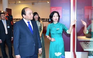 フック首相、ベトナム女性博物館を訪問 - ảnh 1