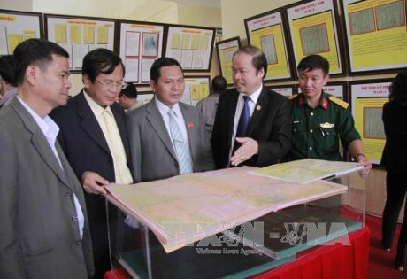 ロンアン省で、「ベトナムのホアンサとチュオンサ・歴史的・法的証拠」展 - ảnh 1