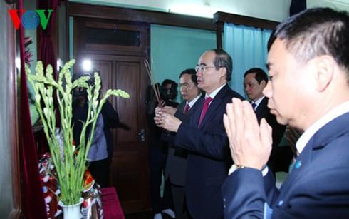 ニャン議長は、ホーチミン主席に線香を手向ける - ảnh 1