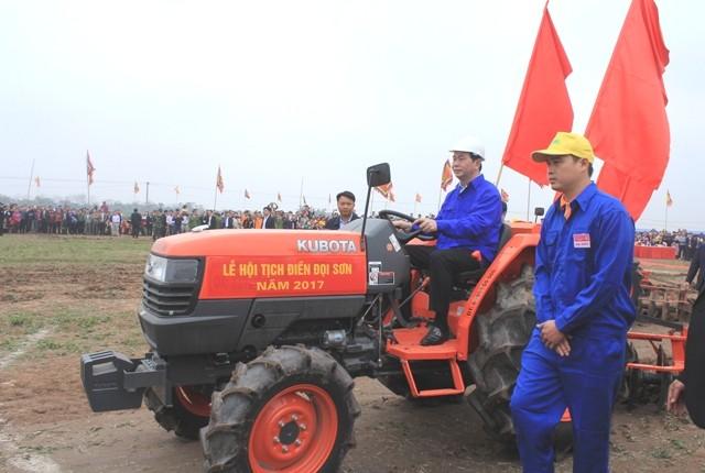 クアン国家主席 新年にあたり、畑を耕す祭りに参加 - ảnh 1